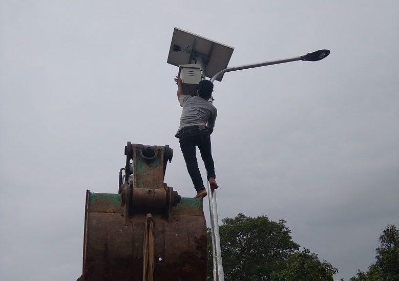 Pemasangan lampu Penerangan Jalan Umum Tenaga Surya (PJUTS) di Serang, Banten
