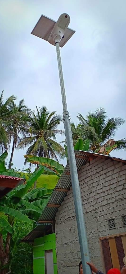 Pemasangan lampu penerangan jalan tenaga surya (PJUTS) Fly Hawk di Gorontalo