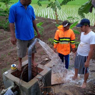 Pemasangan Pompa Air Tenaga Surya (PATS) di Cirebon