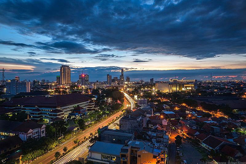 Kota Surabaya di malam hari