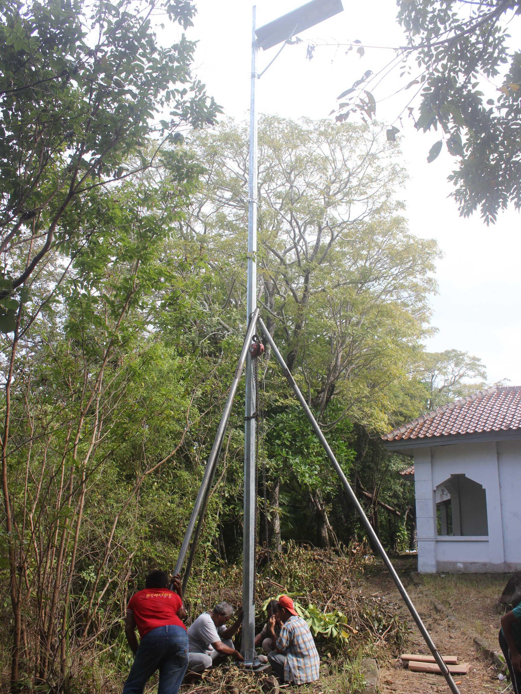 proses pemasangan lampu all in one di pulau rubiah
