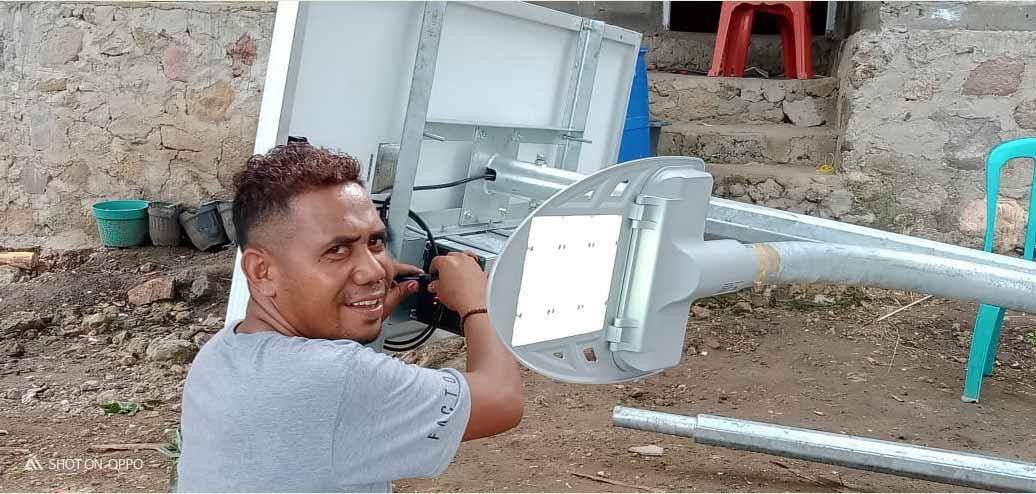 Pemasangan lampu PJUTS Lembata NTT 01