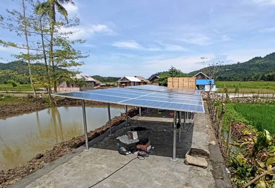 pemasangan panel surya untuk pompa air tenaga surya