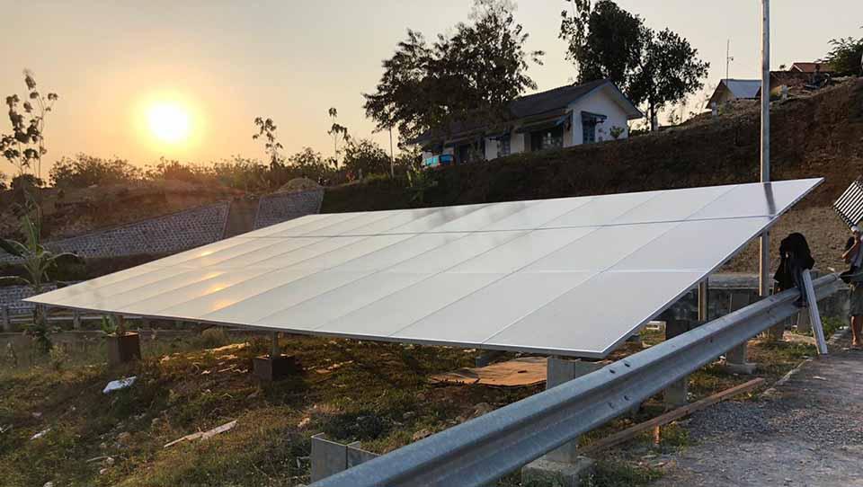 pemasangan panel surya di atas tanah